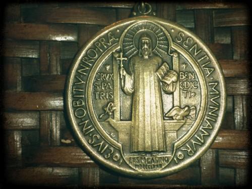 frente de la medalla de san benito fondo