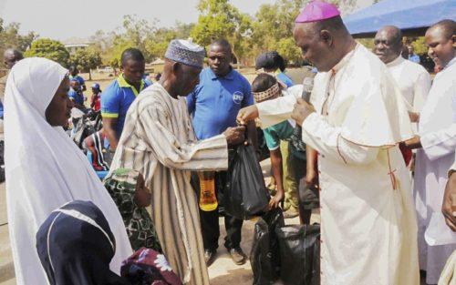 obispo Oliver Dashe Doeme visita a refugiados