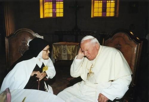 Juan-Pablo-II-y-Lucia-dos-santos