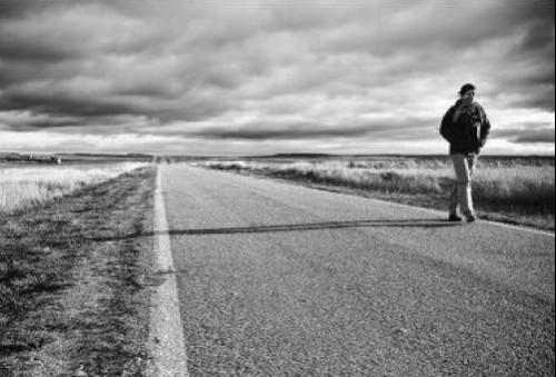 hombre caminando por carretera