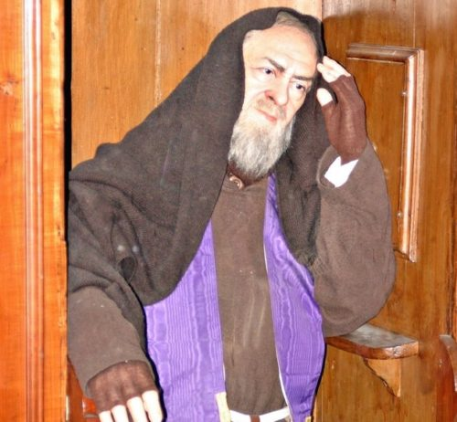 Estatua del Padre Pio en el confesionario