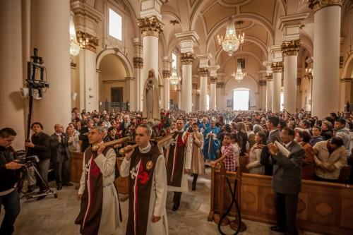 heraldos del evangelio con virgen peregrina en iglesia