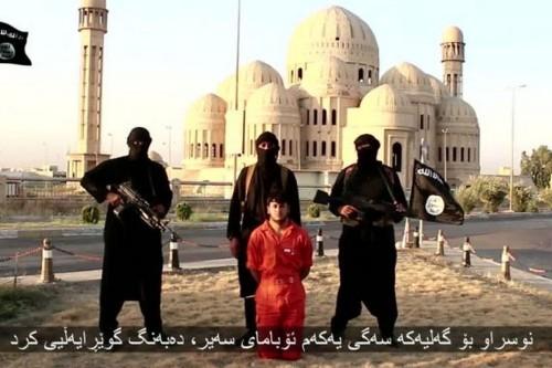 Militantes del Estado Islámico antes de decapitar a un prisionero