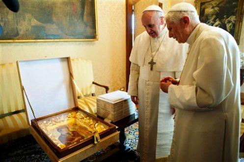 Francisco y Benedicto XVI mirando un ícono de la Virgen María