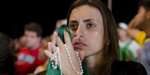 mujer rezando el rosario fondo