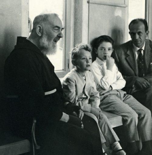 Padre Pio con una familia