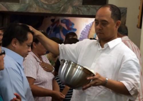 carmelo cortes con la mano en la cabeza de un hombre