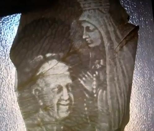 petalo de rosa con papa frncisco y virgen maria