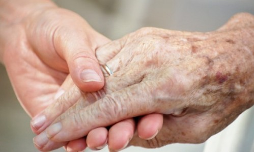 manos de anciano y otra persona mas joven