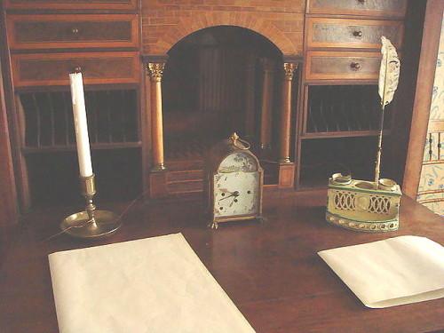escritorio con reloj