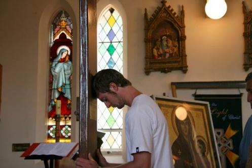 oracion frente a imagen de la virgen maria