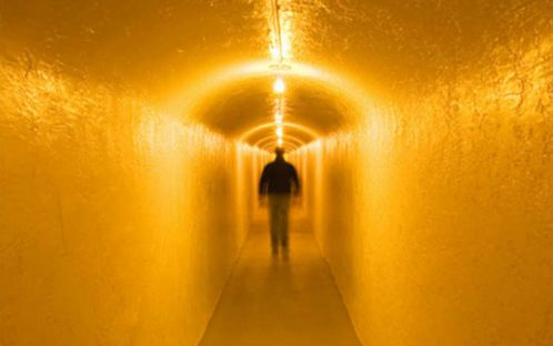 hombre en un tunel