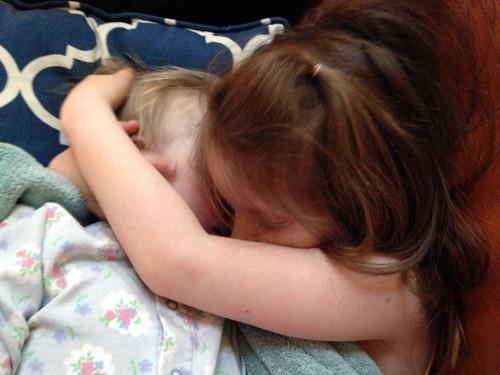 Giselle recien muerta abrazada por su hermana