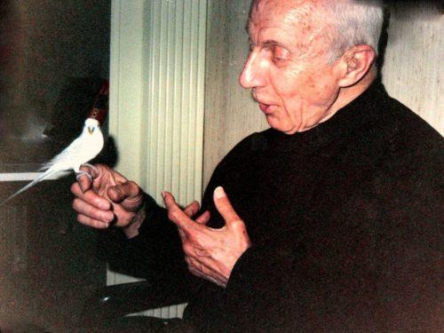 Padre John Hardon con pajaro en la mano