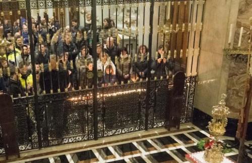 fieles venerando sacra espina de bergamo
