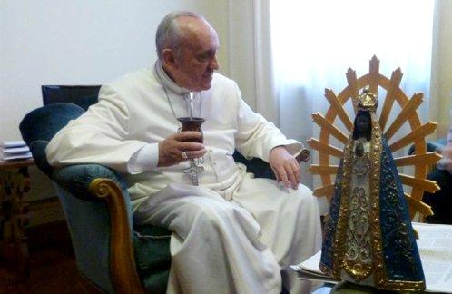 el papa francisco tomando mate