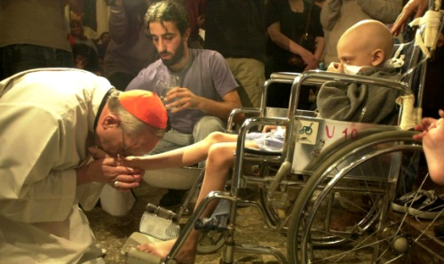 bergoglio y chico en silla de ruedas