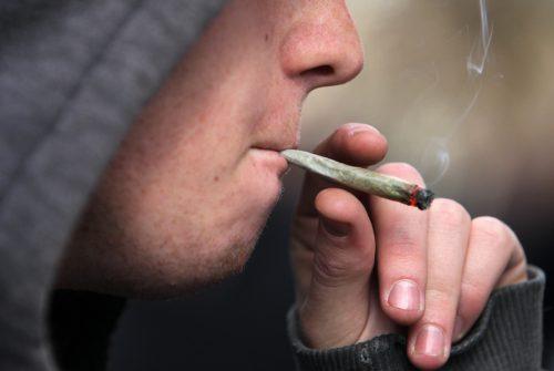 joven fumando marihuana fondo