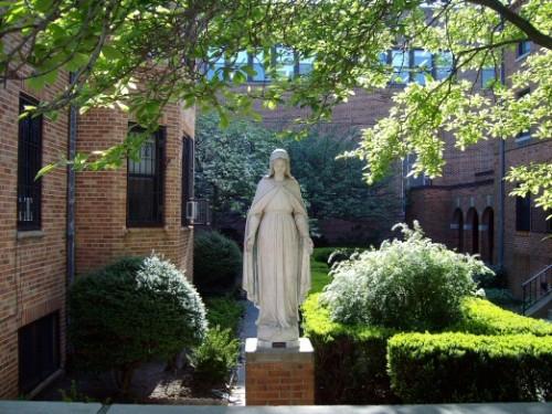 jardin de iglesia de san antonio en el bronx