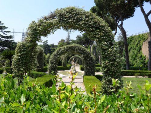 paseo por el jardin vaticcano
