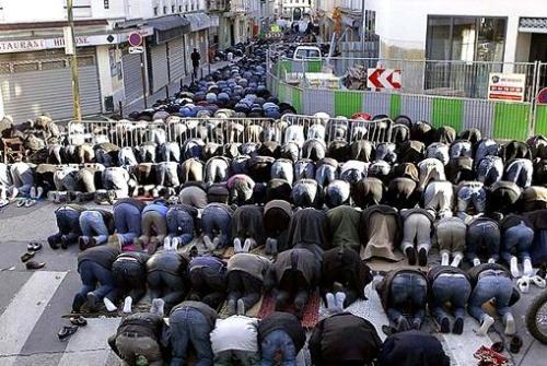 musulmanes rezando en las calles de francia