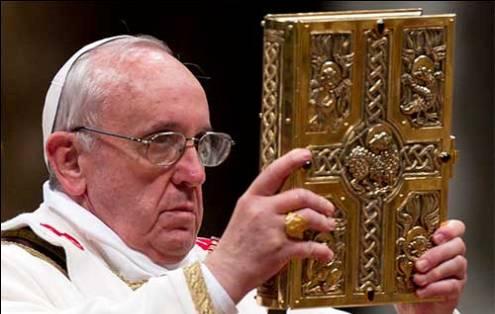 francisco mostrando los evangelios