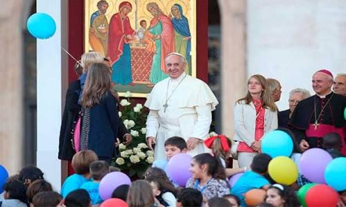 papa-francisco-con-familias