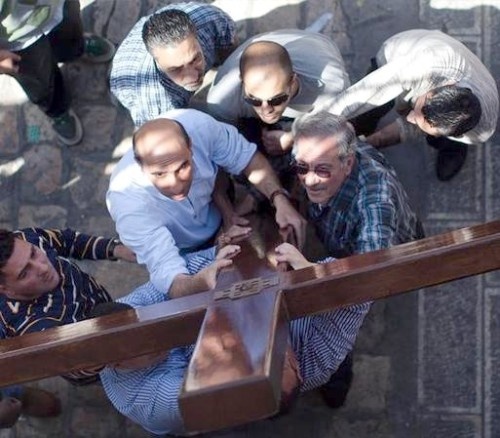 cristianos cargando la cruz