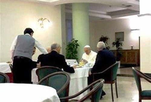 el papa desayunando en santa marta