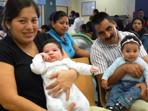 familia con bebes en misa