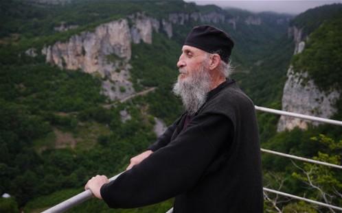 monje que vive en un pilar en georgia