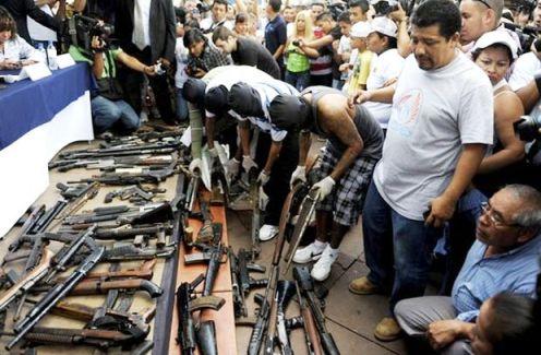 pandillas de el salvador entregando armas