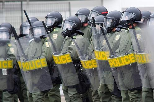 policia con escudos