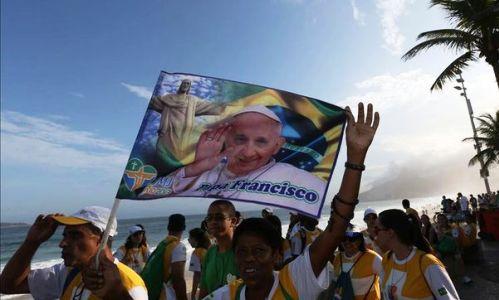jovenes en rio con bandera de francisco