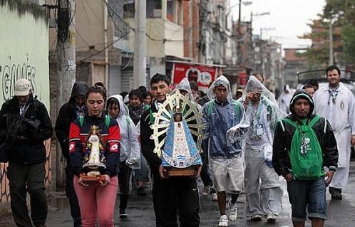 peregrinos argentinos en favela varginha