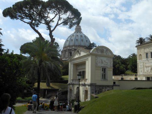 jardin vaticano con san pedro atras