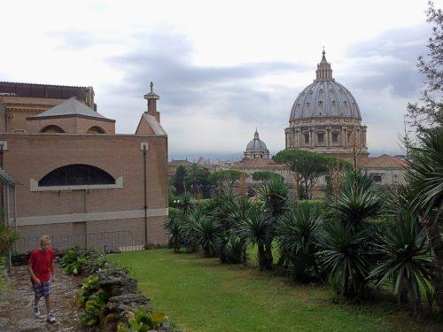 Monasterio Mater Ecclesiae se ve san pedro al fondo
