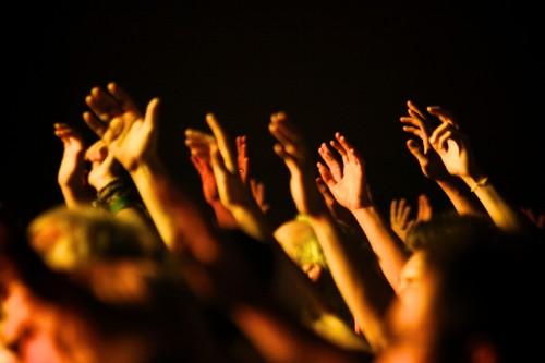 manos alzadas de pentecostales fondo