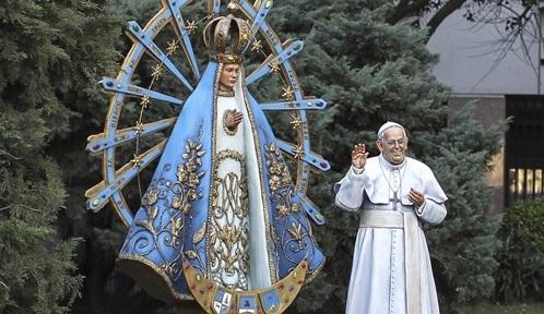 escultura del papa fgrancisco y la virgen de lujan