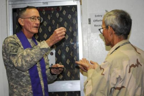 capellan dando la comunion