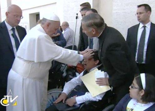 imposicion de manos de francisco luego de misa de pentecostes