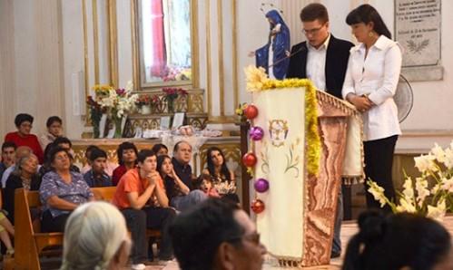 familia en la iglesia