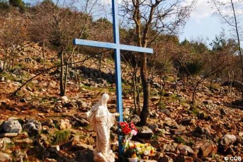 cruz azul e imagen de la virgen