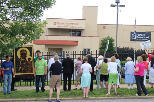 rezando frente a clinica de abortos fondo