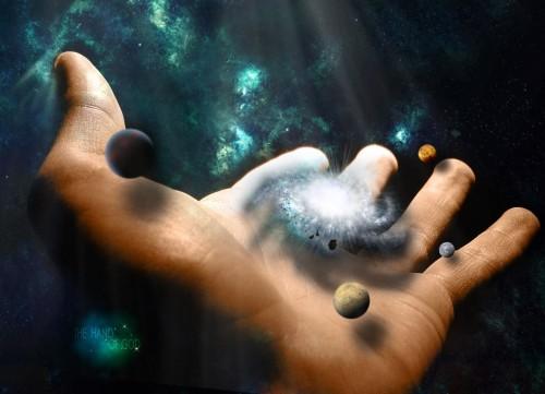 mano con galaxias adentro
