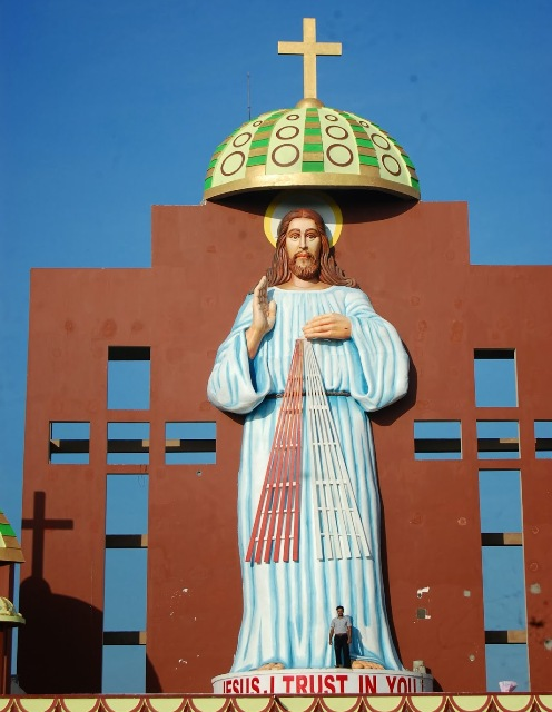 estatua-de-jesus-en-la-india-comparada-con-un-hombre