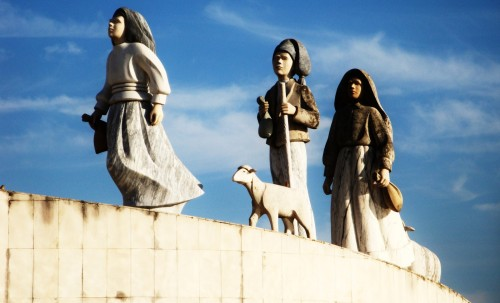 estatua de pastorcitos de fatima fondo