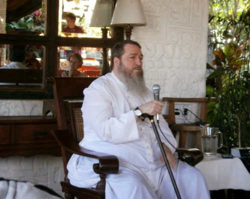 Padre Paul Kramer sentado
