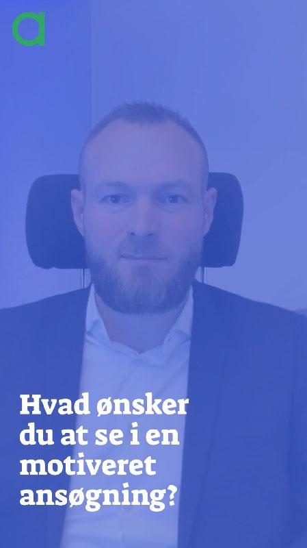 """Billede af John Stærmose der sidder i en kontorstol bag teksten """"Hvad ønsker du at se i en motiveret ansøgning?"""""""