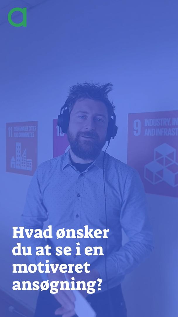 """Billede af Frederik van Deurs der står og taler med høretelefoner på bagved teksten """"Hvad ønsker du at se i en motiveret ansøgning?"""""""